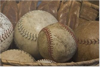 En kurv af gamle baseballs med en antik handske Plakat