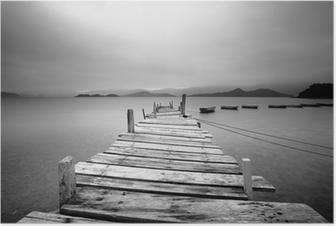 Plakat Ser over en brygge og båter, svart og hvitt