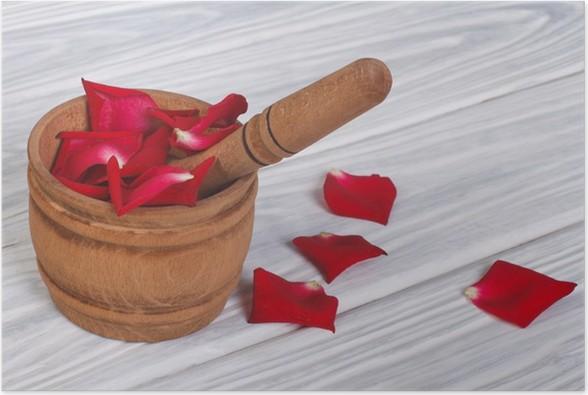 Plakát Červená růže lístků v dřevěném hmoždíři - Květiny