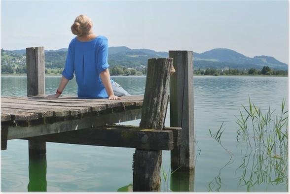 Plakát Dívka na dřevěném molu. Švýcarsko - Voda