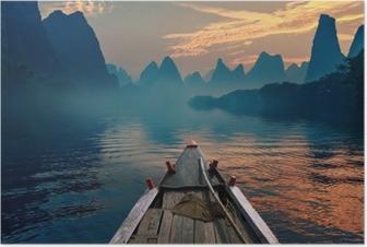 Plakát Loď jízda v řece při západu slunce vedle krásné hoře