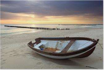 Plakat Łódź na pięknej plaży w sunrise