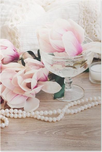 Plakát Magnólie květy s perlami na dřevěném stole - Štěstí