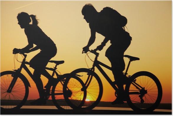 Plakát Mladý pár jízdě kola při západu slunce - Cyklistika