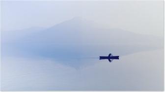 Plakát Mlha nad jezerem. Silueta horami v pozadí. Muž plave v člunu s pádlem.