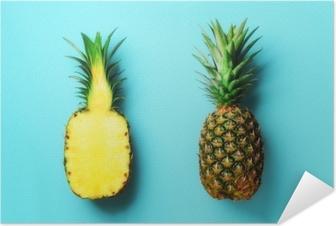 Plakat samoprzylepny Cały ananas i pół plasterki owoców na niebieskim tle. widok z góry. skopiuj miejsce. jasny wzór ananasa dla minimalistycznego stylu. projekt pop-art, koncepcja kreatywna