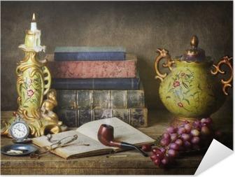 Plakat samoprzylepny Klasyczna martwa natura z antykami, starych książek, starych rur, okulary, zegarek kieszonkowy i winogron na drewnianych tabeli.