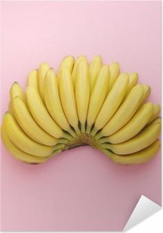 Plakat samoprzylepny Widok z góry z dojrzałych bananów na jasnym tle różowy. Minimalny styl.