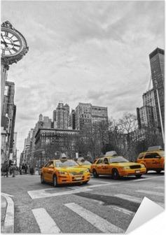 Plakat samoprzylepny Żółte taksówki na nowojorskiej ulicy