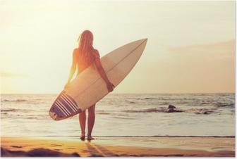 Plakat Surfer dziewczyna na plaży o zachodzie słońca