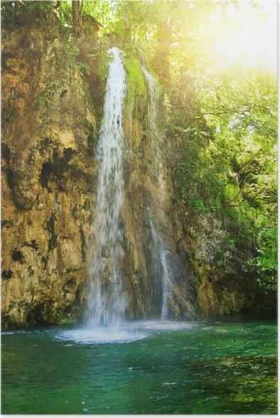 Plakát Východ slunce nad vodopádem v divokém lese - Voda