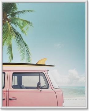 plakat w ramie vintage samochd zaparkowany na tropikalnej play morze z deski surfingowej na