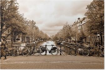 Plakat Widok na centrum Amsterdamu z rowerów na moście