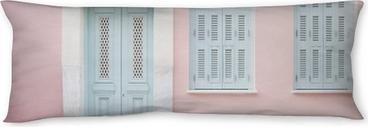 Poduszka relaksacyjna Pastelowy różowy budynek i jasnoniebieskie drzwi otoczone marmurem w Atenach, Grecja