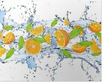 Poster Arance fresche a spruzzi d'acqua, isolato su sfondo bianco