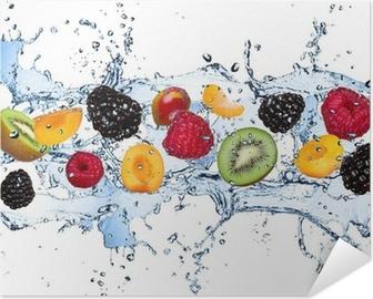 Poster Autoadesivo Frutta fresca in spruzzi d'acqua, isolato su sfondo bianco