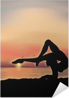 Poster Autoadesivo Ginnasta esercizio vicino al mare