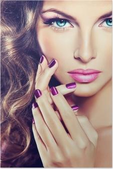 Poster Bellissima modella con i capelli ricci e manicure viola