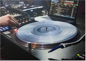 Poster DJ spielt in Vinyl-Player gesetzt