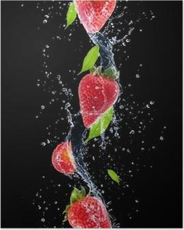 Poster Erdbeeren im Wasser spritzen, isoliert auf schwarzem Hintergrund