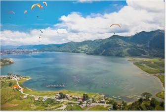 Poster Gleitschirm fliegen über den Fewa See in Pokhara, Nepal.