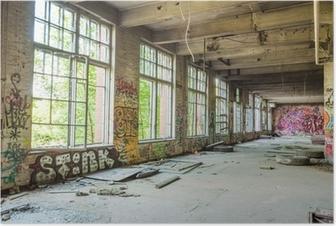 Poster Große Fenster in alten, verlassenen Fabrikhalle