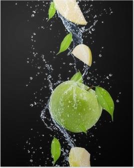 Poster Grüne Äpfel in Wasser spritzen, isoliert auf schwarzem Hintergrund