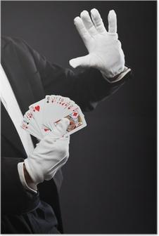 Poster Hände des Magiers Halte Karten. Trägt schwarzen Anzug. Studio-Aufnahme