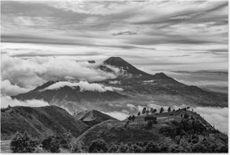 Poster Monti merapi e merbabu sullo sfondo presi da monte prau, jogjakarta, indonesia in bianco e nero.