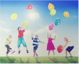 Poster Multikulturelle Kinder im Freien spielen mit Luftballons