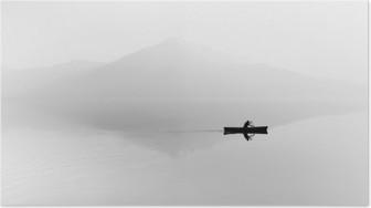 Poster Nebel über dem See. Silhouette der Berge im Hintergrund. Der Mann schwimmt in einem Boot mit einem Paddel. Schwarz und weiß