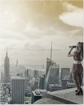 Poster Pin-up-Frau vor dem New York City Trog Fernglas.