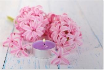 Poster Rosafarbene Hyazinthe mit Kerze auf Holzuntergrund