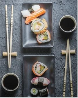 Poster Sushi für zwei serviert auf schwarzem Stein