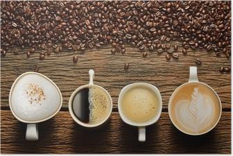 Poster Varietà di tazze di caffè e chicchi di caffè sul vecchio tavolo di legno