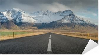 Póster Autoadesivo Estrada perspectiva com fundo de montanhas de neve em dias de outono