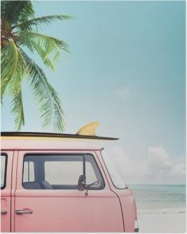 Póster Vintage carro estacionado na praia tropical (beira-mar) com uma prancha no telhado