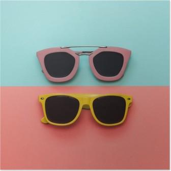 Poster Düz lay moda seti: pastel kökenden iki güneş gözlüğü. Üstten görünüm.