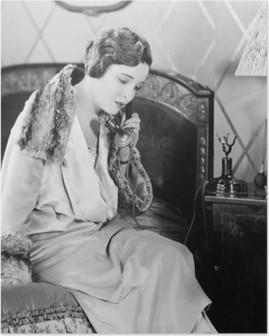 Poster Genç kadın telefonla konuşan, yatak odasında yatağın üzerine oturan