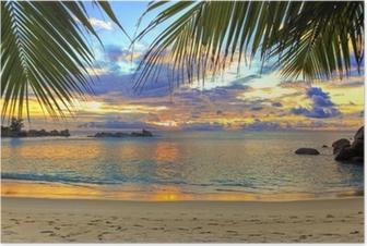 Poster Gün batımında tropikal plaj.