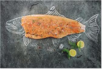 Poster Kara tahta üzerinde limon, biber, deniz tuzu ve dereotu gibi malzemelerle çiğ somon balığı biftek, biftek somon balık tebeşir ile görüntü kabataslak