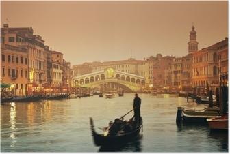 Poster Rialto Köprüsü ve Venedik sisli sonbahar akşam gondollar.