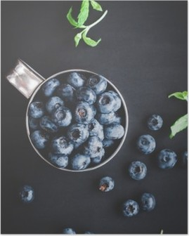 Poster Siyah zemin üzerine blueberry. Üst görünüm, düz yatıyordu