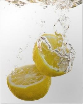 2 Hälften von Zitronen fallen ins Wasser und machen Blasen Poster