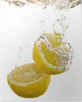 Poster 2 halvor av citron faller i vattnet och göra bubblor