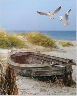 Poster Altes Fischerboot, Möwen, Strand und Meer