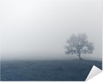 Póster Autoadhesivo Árbol solitario con niebla