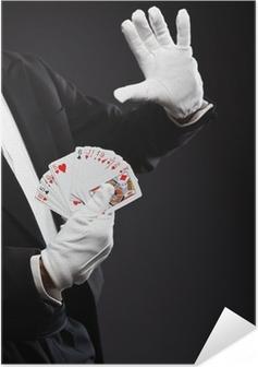 Póster Autoadhesivo Manos de tarjetas de cartera mago. Vistiendo traje negro. Estudio de disparo