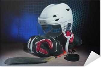 Poster autocollant Gants de hockey, casque et bâton gisaient sur la glace.