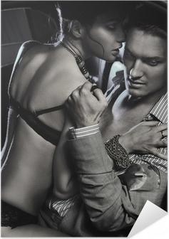 Poster autocollant Loving couple dans la voiture embrasse en noir et blanc